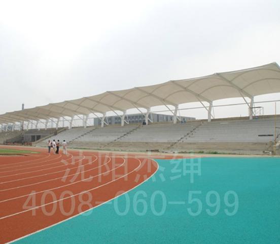 等比赛的体育场中,越来越多的看台挑篷都采用膜结构